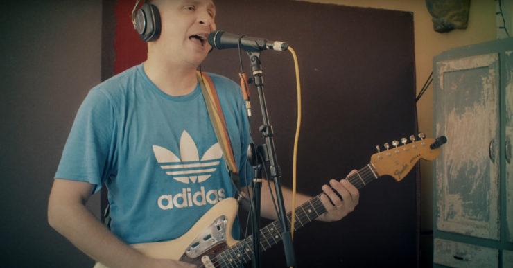 Jesse Wagner z The Aggrolites śpiewa i gra na gitarze